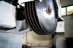 Βιομηχανικά κυκλικά πριόνια σε μια πέτρα Κινηματογράφηση σε πρώτο πλάνο στοκ εικόνες