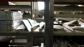 Βιομηχανικά μέρη στα ράφια απόθεμα βίντεο