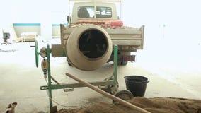 Βιομηχανικά μηχανήματα αναμικτών τσιμέντου στο εργοτάξιο οικοδομής απόθεμα βίντεο