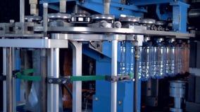 Βιομηχανικά μηχανήματα που μεταφέρουν τα μπουκάλια της PET σε εγκαταστάσεις απόθεμα βίντεο