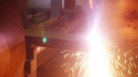 Βιομηχανικά ρομποτικά μέρη μετάλλων περικοπών κοπτών λέιζερ απόθεμα βίντεο