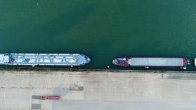 Βιομηχανικά σκάφη στο λιμάνι απόθεμα βίντεο