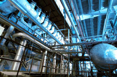Βιομηχανικά σωληνώσεις και καλώδια χάλυβα στους μπλε τόνους Στοκ φωτογραφία με δικαίωμα ελεύθερης χρήσης
