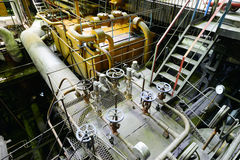 Βιομηχανικά σωληνώσεις και σκάφη σε έναν σταθμό παραγωγής ηλεκτρικού ρεύματος Στοκ εικόνες με δικαίωμα ελεύθερης χρήσης