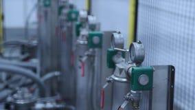 Βιομηχανικά όργανα μέτρησης Μετρητές πίεσης στο εργαστήριο του εργοστασίου απόθεμα βίντεο