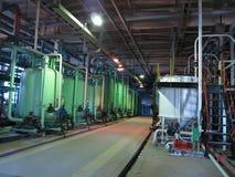 Βιομηχανικές δεξαμενές, μηχανήματα, σωλήνες, σωλήνες μέσα στο εργοστάσιο χημικής βιομηχανίας Στοκ εικόνες με δικαίωμα ελεύθερης χρήσης