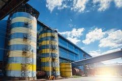 Βιομηχανικές δεξαμενές νερού Υπαίθριες δεξαμενές μαζικής αποθήκευσης χάλυβα με την άποψη μπλε ουρανού στοκ εικόνα
