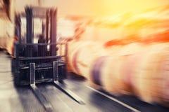 Βιομηχανικές εγκαταστάσεις αποθηκών εμπορευμάτων για την αποθήκευση των υλικών και του ξύλου, forklift εμπορευματοκιβώτια Διοικητ στοκ εικόνα με δικαίωμα ελεύθερης χρήσης