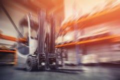 Βιομηχανικές εγκαταστάσεις αποθηκών εμπορευμάτων για την αποθήκευση των υλικών και του ξύλου, forklift εμπορευματοκιβώτια Διοικητ στοκ φωτογραφία με δικαίωμα ελεύθερης χρήσης