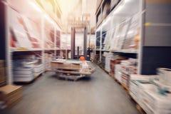 Βιομηχανικές εγκαταστάσεις αποθηκών εμπορευμάτων για την αποθήκευση των υλικών και του ξύλου, forklift Διοικητικές μέριμνες έννοι στοκ φωτογραφία με δικαίωμα ελεύθερης χρήσης