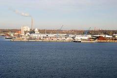 Βιομηχανικές εγκαταστάσεις από το λιμάνι Στοκ Εικόνες