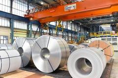 Βιομηχανικές εγκαταστάσεις για την παραγωγή του μετάλλου φύλλων σε έναν μύλο χάλυβα - η αποθήκευση του φύλλου κυλά στοκ εικόνες