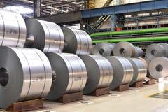 Βιομηχανικές εγκαταστάσεις για την παραγωγή του μετάλλου φύλλων σε έναν μύλο χάλυβα - η αποθήκευση του φύλλου κυλά στοκ εικόνες με δικαίωμα ελεύθερης χρήσης