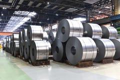 Βιομηχανικές εγκαταστάσεις για την παραγωγή του μετάλλου φύλλων σε έναν μύλο χάλυβα - η αποθήκευση του φύλλου κυλά στοκ φωτογραφίες με δικαίωμα ελεύθερης χρήσης