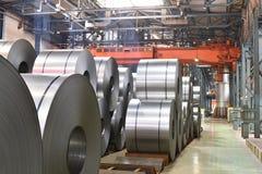 Βιομηχανικές εγκαταστάσεις για την παραγωγή του μετάλλου φύλλων σε έναν μύλο χάλυβα - η αποθήκευση του φύλλου κυλά στοκ φωτογραφία