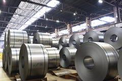 Βιομηχανικές εγκαταστάσεις για την παραγωγή του μετάλλου φύλλων σε έναν μύλο χάλυβα - η αποθήκευση του φύλλου κυλά στοκ εικόνα με δικαίωμα ελεύθερης χρήσης