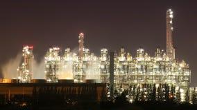 Βιομηχανικές εγκαταστάσεις διυλιστηρίων πετρελαίου με τον ουρανό τη νύχτα, Ταϊλάνδη φιλμ μικρού μήκους