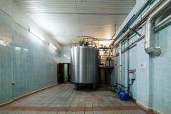 Βιομηχανικές εγκαταστάσεις με την εγκατεστημένη δεξαμενή μετάλλων Στοκ φωτογραφίες με δικαίωμα ελεύθερης χρήσης