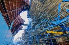 Βιομηχανικές εγκαταστάσεις παραγωγής ενέργειας υλικών σκαλωσιάς Στοκ φωτογραφία με δικαίωμα ελεύθερης χρήσης