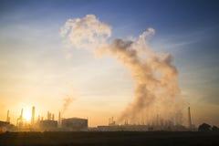 Βιομηχανικές εγκαταστάσεις το πρωί Στοκ Εικόνα