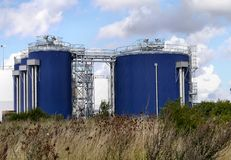 Βιομηχανικές δεξαμενές από την ακτή Στοκ Εικόνα