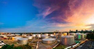Βιομηχανικές δεξαμενές πετρελαίου σε εγκαταστάσεις καθαρισμού στο λυκόφως Στοκ Εικόνες