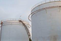 Βιομηχανικές δεξαμενές πετρελαίου σε εγκαταστάσεις καθαρισμού Στοκ Εικόνες