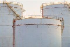 Βιομηχανικές δεξαμενές πετρελαίου σε εγκαταστάσεις καθαρισμού Στοκ φωτογραφίες με δικαίωμα ελεύθερης χρήσης