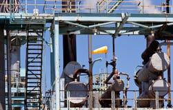Βιομηχανικές καπνοδόχοι και διοχέτευση με σωλήνες εγκαταστάσεων εγκαταστάσεων καθαρισμού πετρελαίου στοκ εικόνες με δικαίωμα ελεύθερης χρήσης