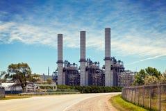 Βιομηχανικές καπνοδόχοι και διοχέτευση με σωλήνες εγκαταστάσεων εγκαταστάσεων καθαρισμού πετρελαίου στοκ εικόνες