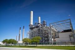Βιομηχανικές καπνοδόχοι και διοχέτευση με σωλήνες εγκαταστάσεων εγκαταστάσεων καθαρισμού πετρελαίου στοκ φωτογραφία