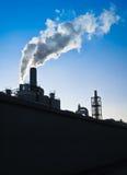 Βιομηχανικές καπνοδόχοι - κατακόρυφος Στοκ Εικόνες