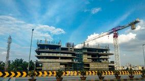 βιομηχανικές σειρές οικοδόμησης κτηρίου ανασκόπησης μαύρες κάτω από τα Windows Στοκ Εικόνα