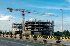 βιομηχανικές σειρές οικοδόμησης κτηρίου ανασκόπησης μαύρες κάτω από τα Windows Στοκ Εικόνες