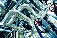 Βιομηχανικές σωληνώσεις χάλυβα στους μπλε τόνους Στοκ Φωτογραφία