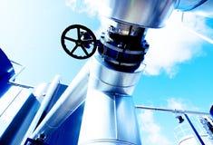 Βιομηχανικές σωληνώσεις χάλυβα στους μπλε τόνους Στοκ φωτογραφία με δικαίωμα ελεύθερης χρήσης