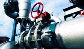 Βιομηχανικές σωληνώσεις χάλυβα στους μπλε τόνους Στοκ Εικόνες