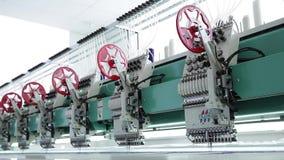 Βιομηχανικές υφαντικές μηχανές σε μια σειρά