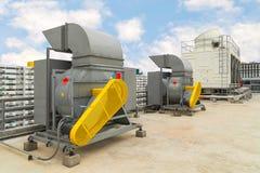 Βιομηχανικές φυγοκεντρικές διέξοδοι ανεμιστήρων και εξάτμισης του βιομηχανικού αέρα γ Στοκ Φωτογραφία