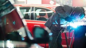 Βιομηχανική έννοια: εργαζόμενος με λεπτομέρειες επισκευής κρανών στην αυτόματη υπηρεσία αυτοκινήτων Στοκ φωτογραφία με δικαίωμα ελεύθερης χρήσης
