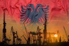 Βιομηχανική έννοια με τη σημαία της Αλβανίας στο ηλιοβασίλεμα Στοκ φωτογραφία με δικαίωμα ελεύθερης χρήσης