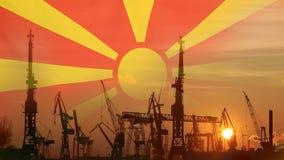 Βιομηχανική έννοια με τη σημαία της Μακεδονίας στο ηλιοβασίλεμα απόθεμα βίντεο