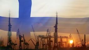Βιομηχανική έννοια με τη σημαία της Φινλανδίας στο ηλιοβασίλεμα φιλμ μικρού μήκους