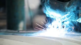 Βιομηχανική έννοια: ο εργαζόμενος με λεπτομέρειες επισκευής κρανών στην αυτόματη υπηρεσία αυτοκινήτων, κλείνει επάνω απόθεμα βίντεο