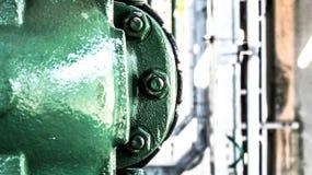 Βιομηχανική ένωση σωληνώσεων με πολλά βίδες και μπουλόνια Στοκ Φωτογραφίες