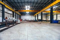 Βιομηχανική αίθουσα με τις μηχανές και τα σχεδιαγράμματα μετάλλων Στοκ Εικόνες