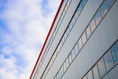 Βιομηχανική αίθουσα με τον ουρανό Στοκ εικόνες με δικαίωμα ελεύθερης χρήσης