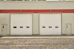 Βιομηχανική αποθήκη εμπορευμάτων με τις άσπρες πόρτες κυλίνδρων Στοκ Εικόνες