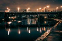 Βιομηχανική γέφυρα ποταμών στο Σικάγο τη νύχτα στοκ εικόνες
