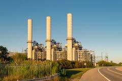 Βιομηχανική δυνατότητα ηλεκτρικής παραγωγής στο ηλιοβασίλεμα στοκ φωτογραφία